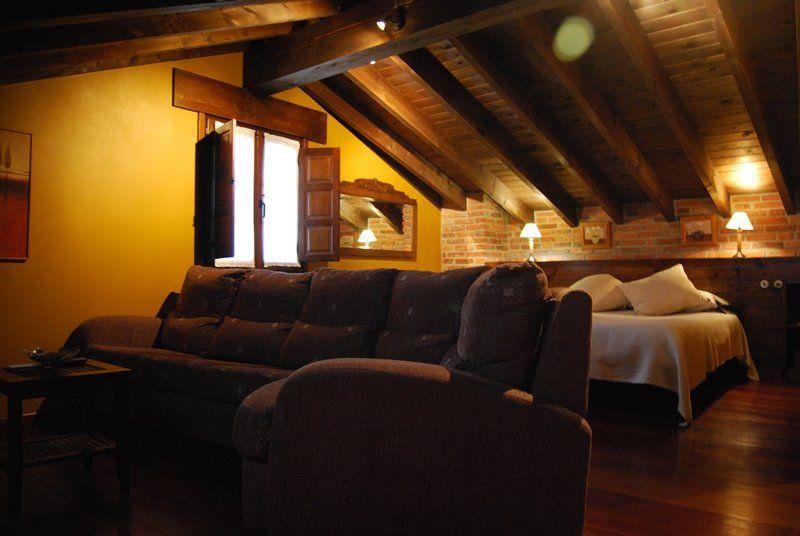 detalle de la habitación de matrimonio con su sala de estar privada - casaruralenasturias.net