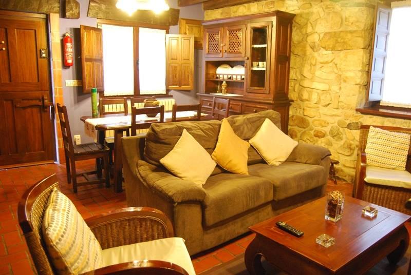detalle del salón con la mesa de comedor - casaruralenasturias.net