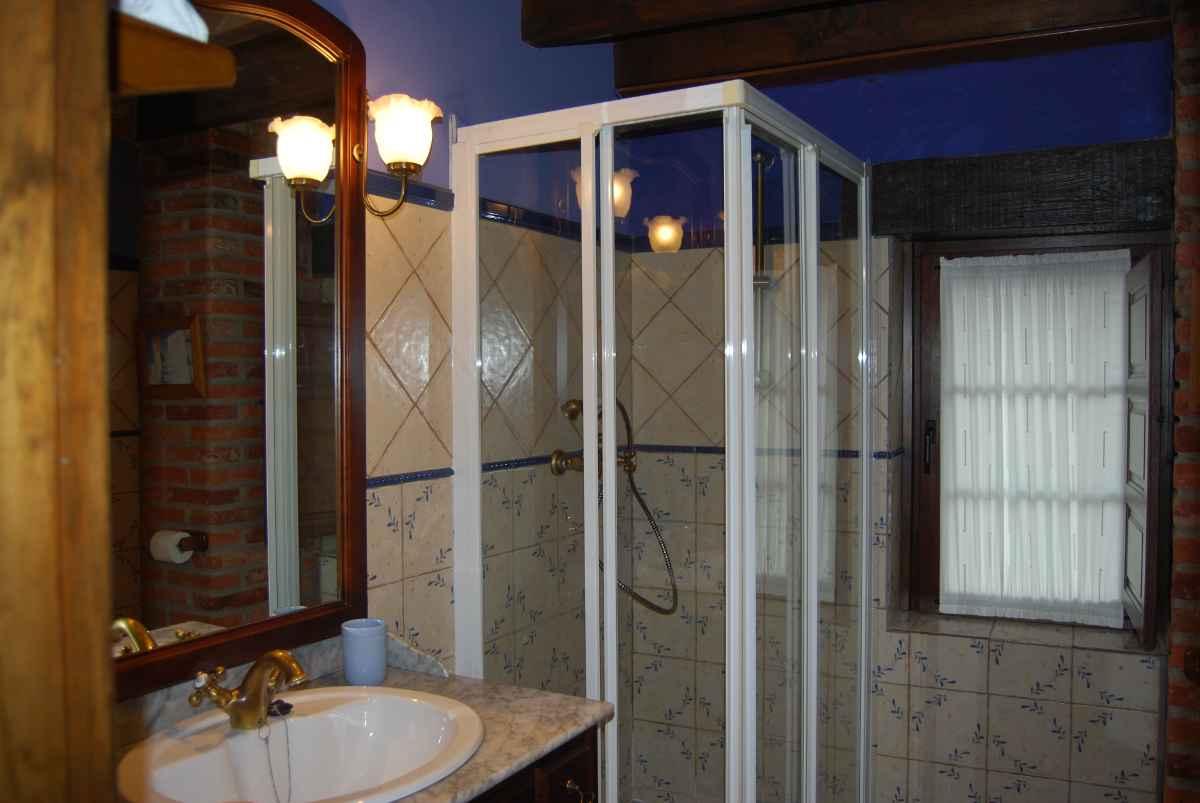 Baño compartido para habitaciones dobles - casa rural en Asturias