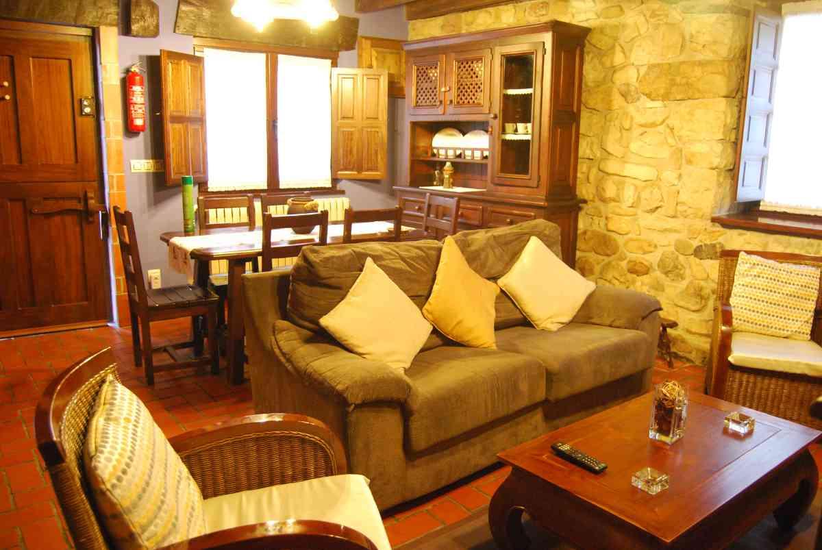 salón con la mesa de comedor - casa rural en Asturias