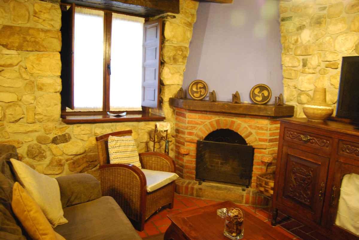 rinconcito del salón con la chimenea - casa rural en Asturias